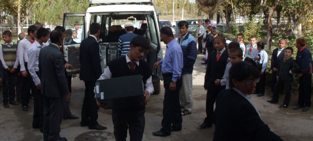 Les jeunes de l'orphelinat de Fahror participent à l'installation des PCs